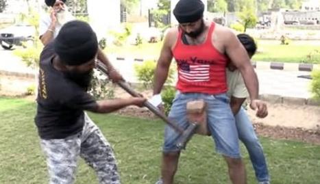同男裤裆_世界上最强壮的男人 用大铁锤砸裤裆都没事