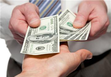 如何应对人民币贬值 我们应该去投资美元吗?