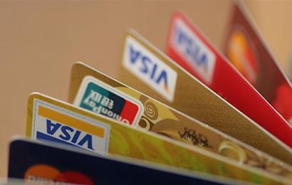 """协议没看好就签字""""办信用卡"""",结果悲催了!"""