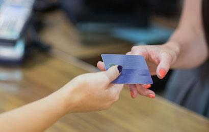 特别缺钱,你会选择办理信用卡还是网上借款呢?