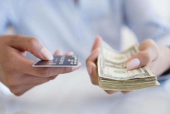 富人刷信用卡VS穷人使用移动支付,是什么造成两极分化?