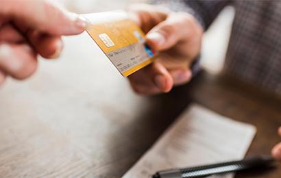 信用卡请勿外借,男子借卡给朋友养卡,2年后欠40万